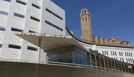 Imatge del Palau de Justícia de Lleida amb la Seu Vella de fons.