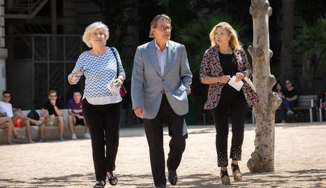 Irene Rigau, Artur Mas i Joana Ortega, ahir, minuts abans de la compareixença a Barcelona.