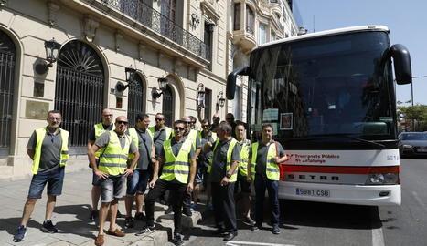 Alguns dels xòfers es van manifestar ahir davant de la Paeria.