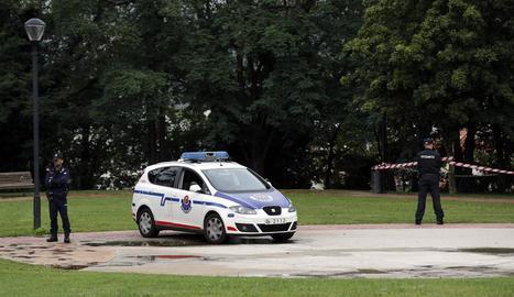 Agents de l'Ertzaintza custodien la zona al parc d'Etxebarria, on es va produir la violació.