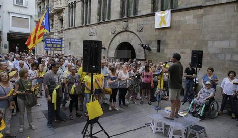 Imatge del 15 de juliol on s'observa el llaç groc a la façana de la Paeria.