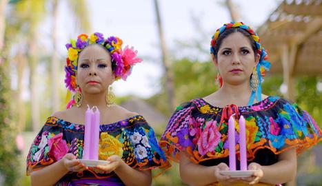 Dos dones amb indumentària inspirada en Frida Kahlo.