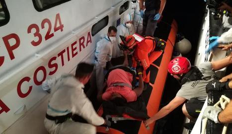Evacuació d'una de les embarassades de l''Open Arms'.