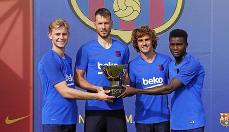 De Jong, Neto, Griezmann i Wagué posen amb el trofeu del Joan Gamper, que es disputa aquesta tarda.