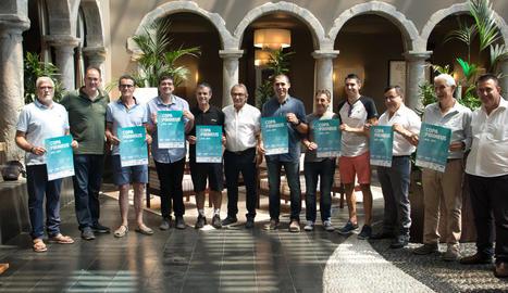 Els representants dels equips participants i directius de la Federació Catalana després del sorteig.