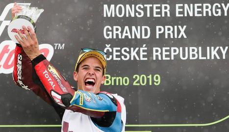 Àlex celebra en gran la cinquena victòria de la temporada en les sis últimes curses disputades que el fan ser més líder.