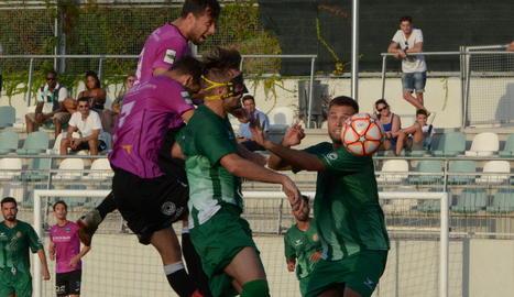 Pedro Martín, que va marcar el primer gol davant el Cerdanyola, remata una pilota.