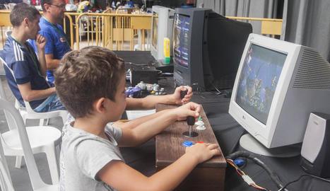 El públic va poder jugar amb una exposició de consoles vintage.