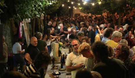 Els carrers de Figuerola d'Orcau es van omplir de públic per degustar vi i escoltar jazz.