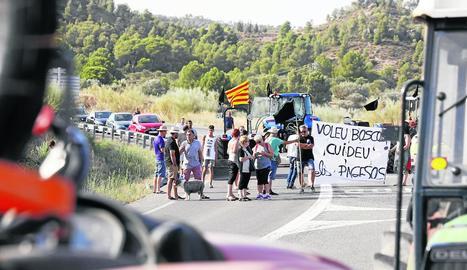 Al voltant de 100 afectats van tallar ahir la carretera C-12 a Flix, amb pancartes i tractors durant una hora i mitja.