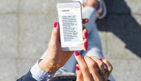 Imatge d'un mòbil amb un missatge d'Aqualia.