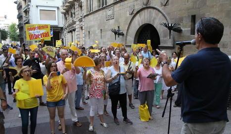 Els cantaires van mostrar objectes grocs per mostrar la condemna a la retirada del llaç groc de la Paeria per part de Groc&Lloc.