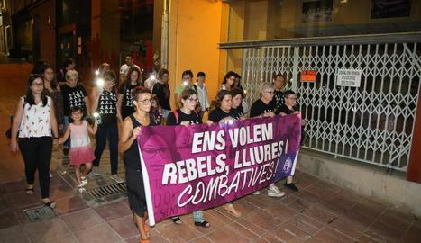 Nova concentració ahir a la nit de Marea Lila pel centre de Lleida.