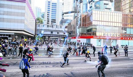 Barricades, carrers tallats i repressió marquen la vaga a Hong Kong