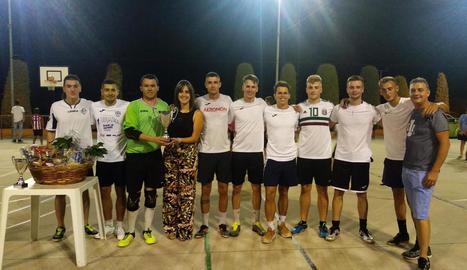 Entrega de trofeus a l'equip guanyador del Torneig de Futbol Sala de Rosselló.