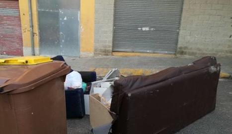 Denuncien l'acumulació d'escombraries i mobles al costat de contenidors a la Mariola
