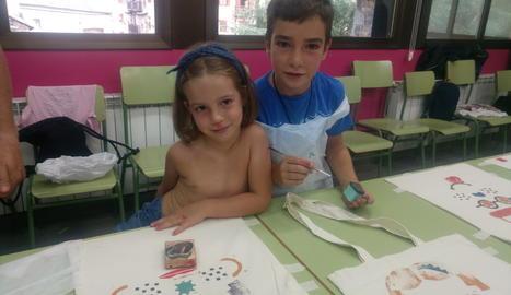 L'Arnau i l'Ona, al taller de la 'tote bag' de l'Esbaiola't.