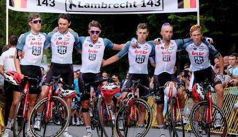 Els companys d'equip de Lambrecht, molt afectats durant el minut de silenci.