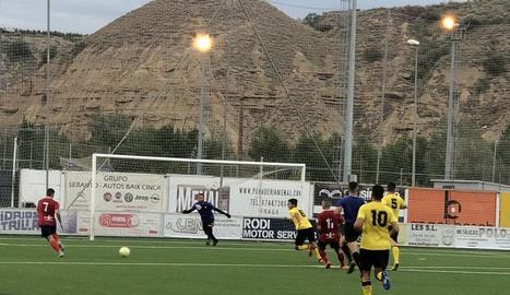 Una acció del partit jugat ahir a l'Estacada entre el Fraga i l'EFAC.