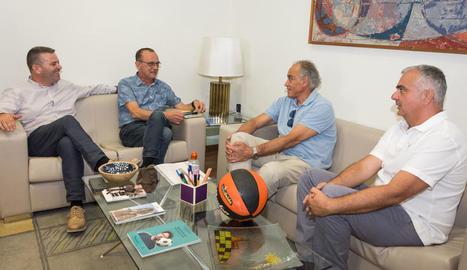 Miquel Pueyo va rebre ahir el president del Força Lleida, Félix González, i el directiu Albert Aliaga.