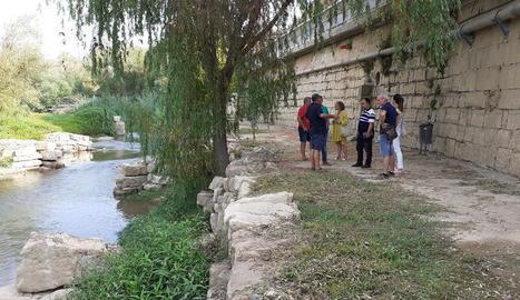 Tècnics de Fraga i regants de Massalcoreig, ahir a la zona afectada per les filtracions.