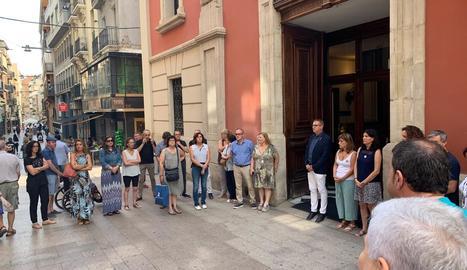 Minut de silenci - La Diputació de Lleida va fer ahir un minut de silenci per mostrar la seua repulsa envers l'últim feminicidi perpetrat a l'Hospitalet de Llobregat. Alguns membres de la corporació, encapçalats pel president, Joan Talarn,  ...