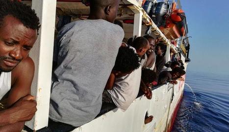 Migrants a bord del vaixell de l'Open Arms, al Mediterrani.