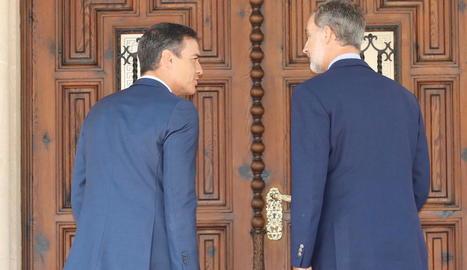 Sánchez i el rei entren al palau de Marivent a reunir-se amb una hora de retard.