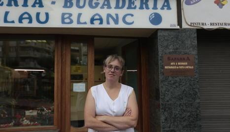Un veí contempla el desfibril·lador ubicat a l'avinguda Comtes del Pallars de Sort.