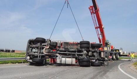 El camió bolcat a la rotonda de l'LV-3321.