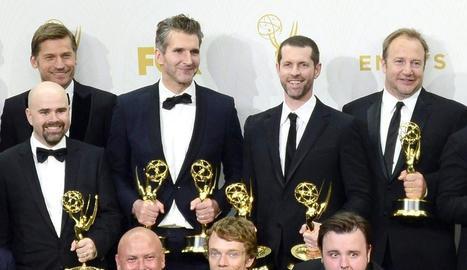 Benioff i Weiss (centre) van crear la sèrie més premiada de la història.