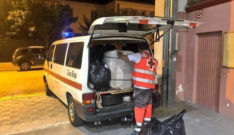 Creu Roja va aportar mantes i lliteres perquè el grup passés la nit al poliesportiu de Tremp.