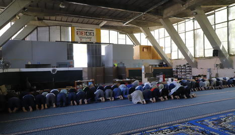 A l'esquerra, imatge del solar que acollirà la mesquita el setembre i l'octubre i, a la dreta, musulmans resant ahir al Palau de Vidre.