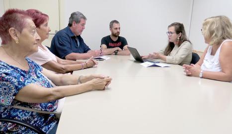 Membres de l'associació de veïns d'Instituts-Sant Ignasi es van reunir ahir amb Ferre.