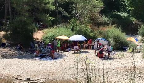 Banyistes a l'entorn del pantà de Sant Ponç aquest mes.