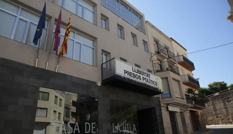 Imatge de la façana de l'ajuntament amb la senyera.