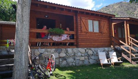 Imatge de turistes en un càmping del Pallars Sobirà.