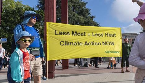 Greenpeace va desplegar una pancarta davant de l'ONU per demanar menys consum de carn.