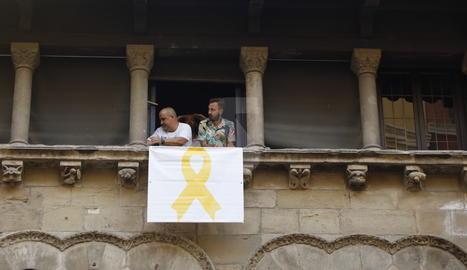 L'ajuntament de Lleida torna a penjar el llaç groc a la façana