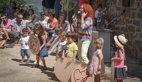 participació. Actuació en petit format de la coneguda cantant de música infantil Dàmaris Gelabert amb l'ajuda de petits artistes el 2014.