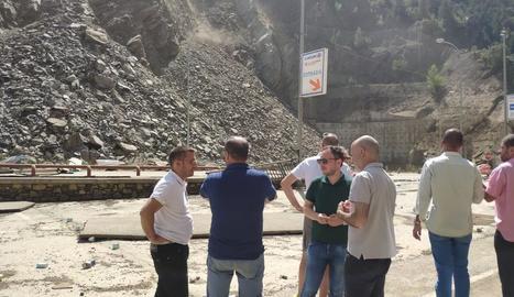 Imatge del gran despreniment de roques que es va registrar ahir sobre la carretera d'accés a Andorra des de Lleida i que va afectar el centre comercial Punt de Trobada.