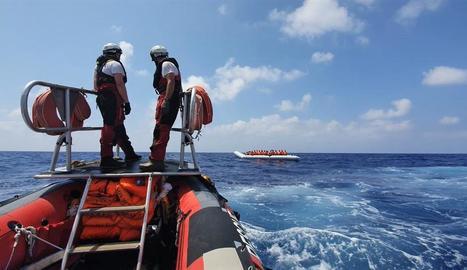 Metges Sense Fronteres es disposen a rescatar els migrants que van a la deriva en una barca pneumàtica.