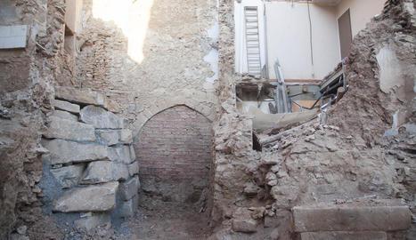 Imatge actual de l'habitatge afectat, l'arc i el nou mur.