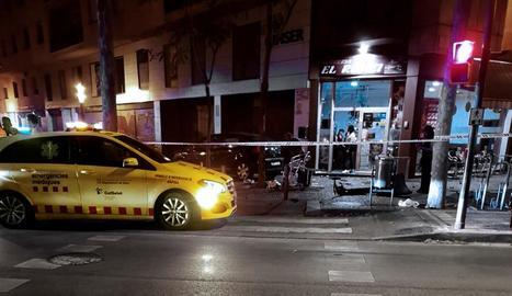 Imatge on el cotxe va atropellar els clients de la terrassa.