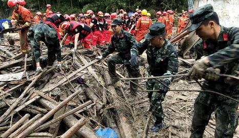 Militars xinesos treballant en les tasques de desenrunament.