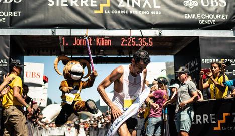 Kilian Jornet, tot just creuar la línia de meta batent una marca que durava des del 2003.