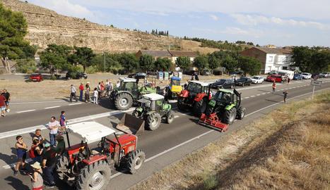 Més de 150 persones es van concentrar ahir entre els quilòmetres 86 i 87 de la C-12 a prop de Flix.