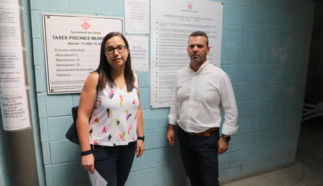 L'alcaldessa accidental, Jordina Freixanet, i el regidor d'Esports, Sergio González, han visitat avui les piscines de Balàfia