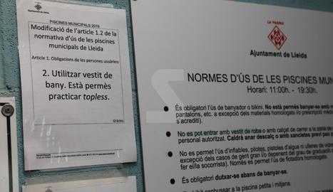 La nota penjada aquest dilluns a les piscines municipals de Lleida.