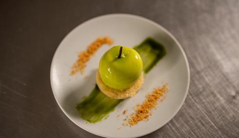 La mousse de poma verda s'emplata sobre el financier, unes postres típiques del nord de França.